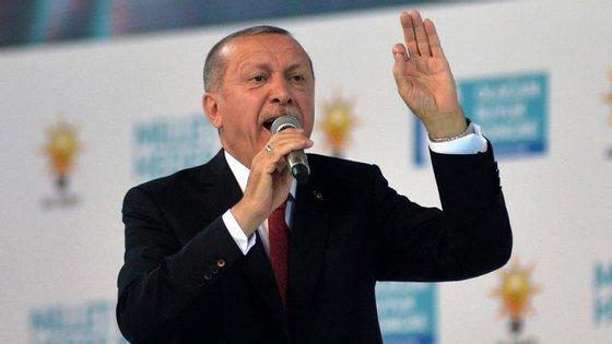 """Erdogan disse que a Turquia """"continuará e expandirá"""" as suas operações militares transfronteiriças"""