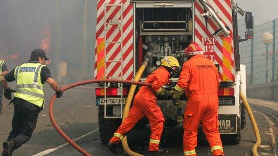 As chamas foram combatidas por várias corporações, que deslocaram para o local um total de 43 bombeiros