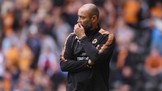 Nuno Espírito Santo sofreu a primeira derrota na Premier League num jogo onde os Wolves atiraram duas bolas nos postes