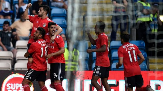 Pizzi celebra o segundo golo com Salvio e André Almeida num jogo em que Gedson voltou a estar em destaque