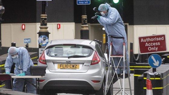 O suspeito atingiu um grupo de ciclistas e, depois, o posto de segurança que fica nas imediações de Westminster.