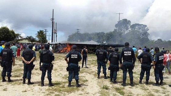 A cidade brasileira de Pacaraima, na fronteira com a Venezuela, foi palco no sábado de violência e tensão