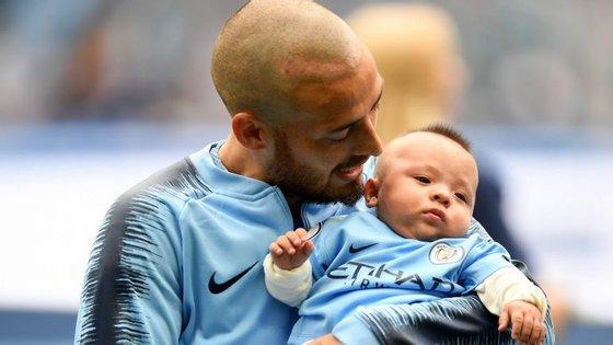 David Silva com o pequeno Mateo, a imagem mais forte em mais um hino ao futebol do Manchester City (6-1)
