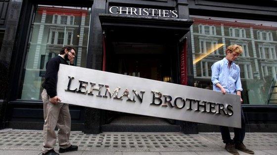 O Lehman Brothers faliu em 2008 em deu o primeiro passo para o crash financeiro global