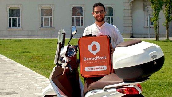 A Breadfast foi criada no início de 2018 eentrega pequenos almoços aos habitantes e turistas na área de Lisboa de segunda-feira a domingo, entre as 7h e as 11h.