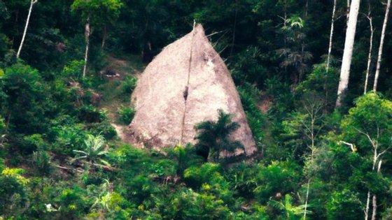 Maloca (abrigo indígena) fotografada com recurso a drone (imagem divulgada pela Funai)