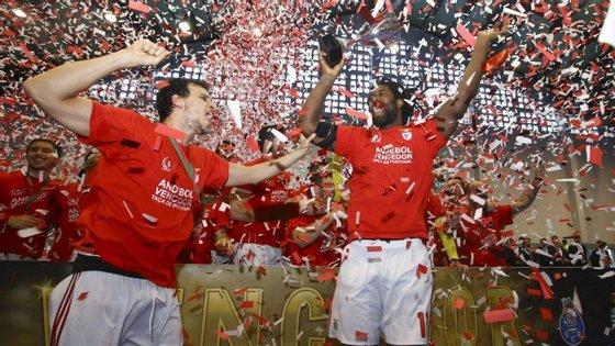 Capitães Paulo Moreno e João Pais repetiram na Supertaça a festa que já tinham feito na Taça de Portugal na época passada