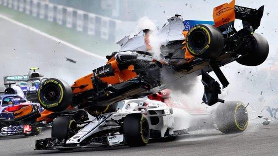 O acidente provocou o abandono de Alonso, Leclerc e Hulkenberg