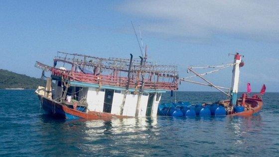 A embarcação de pesca onde os migrantes seguiam afundou-se no domingo perto do rio Daintree, na Austrália