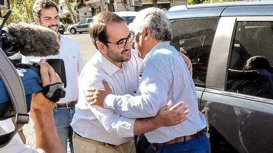 André Caldas abraça António Costa sob o olhar de Duarte Cordeiro. Foto: Facebook de André Caldas