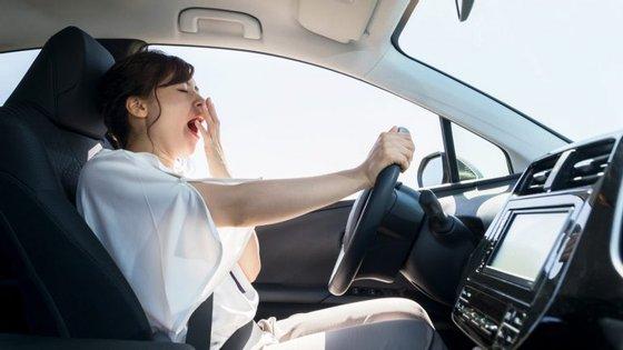 Através de uma tecnologia de reconhecimento facial que é instalada no espelho retrovisor do carro ou na câmara frontal do telemóvel, sempre que um condutor fecha os olhos ou desvia o olhar da estrada, o dispositivo emite um aviso sonoro