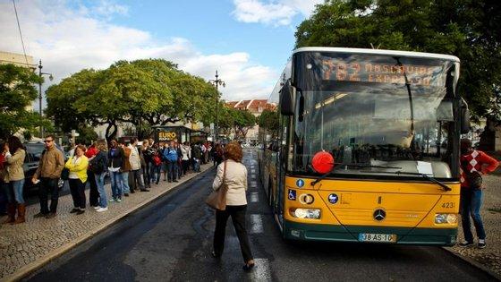 Menores de 12 anos não pagam nos transportes públicos de Lisboa (Metro e Carris) desde que tenham passe