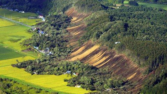 O sismo provocou deslizamentos de terra na ilha de Hokkaido