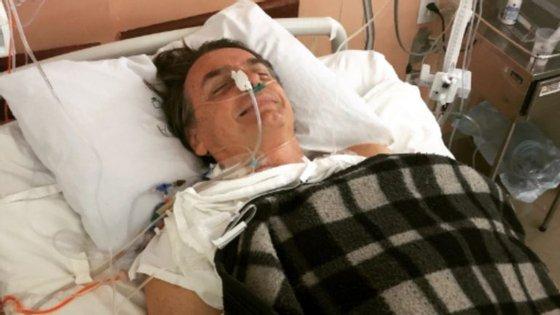 Flavio Bolsonaro, filho do candidato ferido, partilhou foto do pai na cama de hospital após a cirurgia