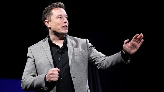 Elon Musk fumou marijuana, bebeu uísque e mostrou o lança-chamas que a Tesla lançou no início do ano