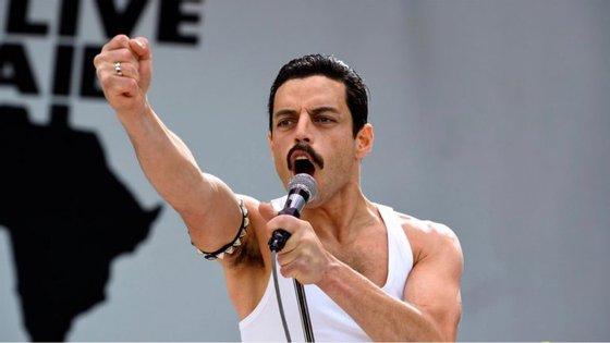 "Rami Malek em ""Bohemian Rhapsody"", na pele de Freddie Mercury"