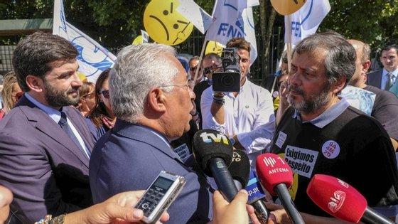 Mário Nogueira e António Costa discutiram durante vários minutos, sempre num tom cordial com um toque de ironia. À volta dos dois, vários dirigentes sindicais e o ministro da Educação, Tiago Brandão Rodrigues, assistiam em silêncio.