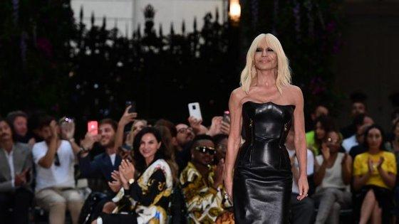 Donatella Versace ocupa a direção criativa da marca desde 1997. Agora, a família vendeu a casa fundada por Gianni Versace, mas Donatella continuará à frente das coleções