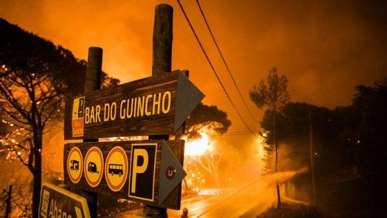 A brigada de incêndios da PJ de Lisboa e Vale do Tejo encontra-se no local onde deflagrou o incêndio, em Sintra
