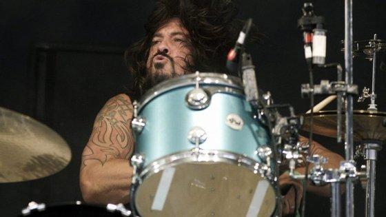Dave Grohl largou a guitarra, que usa mais habitualmente nos Foo Fighters, para voltar à bateria, que tocava nos Nirvana