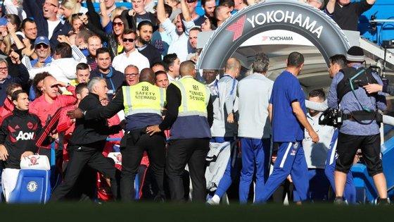 Elemento do Chelsea saiu da zona técnica após o 2-2 para festejar, disse algo a José Mourinho e o treinador português explodiu