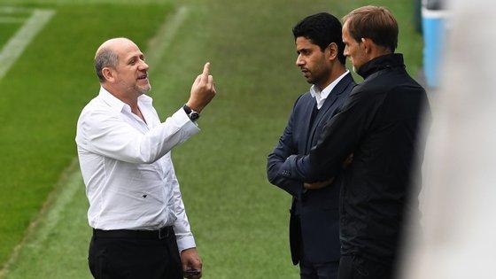 Antero Henrique fala com Thomas Tuchel num treino perante o olhar do presidente do PSG, Nasser Al-Khelaïfi