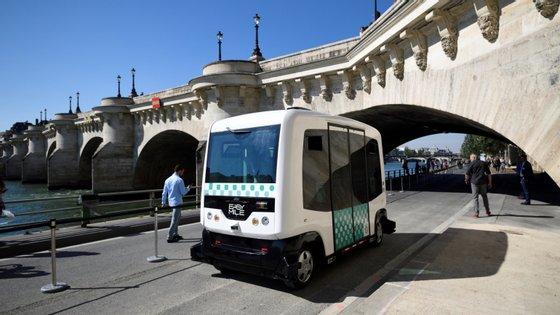 Autocarro elétrico autónomo em França com capacidade para transportar 12 pessoas