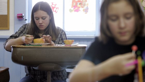 Com o horário de jornada contínua, a escola espanhola suprimiu a hora de almoço. Entre as 8h20 e as 15h15, os alunos têm duas pausas de 15 minutos