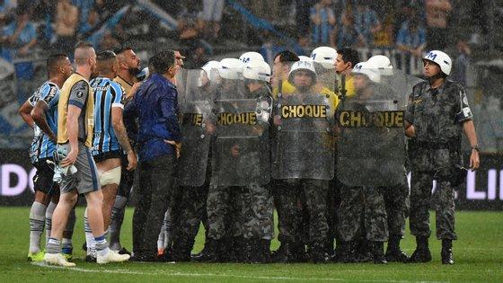 Árbitro uruguaio Andrés Cunha pediu reforço policial ainda com o jogo a decorrer e saiu com a ajuda da polícia de choque