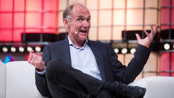 Tim Berners-Lee é um cientista informático que, em 1989, criou a Internet
