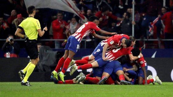 Diego Godín, nos descontos, selou a reviravolta do Atlético e permitiu à sua equipa chegar ao 3-2 final