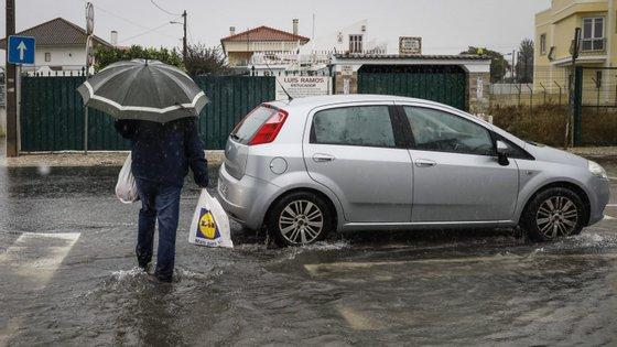 A Proteção Civil recomenda não atravessar zonas inundadas e muito cuidado na condução