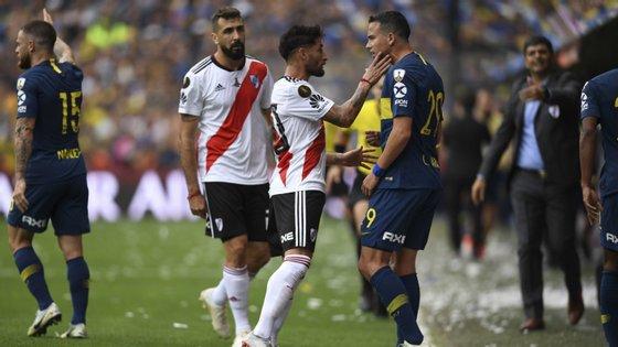 Boca Juniors e River Plate travaram um duelo aceso e com alguns excessos, como aconteceu com Casco e Jara