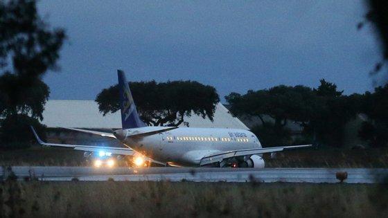 O avião aterrou duas horas depois de ter levantado voo