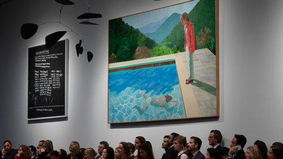 """""""Portrait of an Artist (Pool with Two Figures)"""" é o nome do quadro de Hockney vendido por valor recorde nesta sala"""
