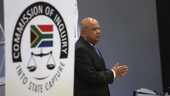 """O ex-ministro das Finanças sul-africano Pravin Gordhan afirmou que o então Presidente da África do Sul """"autorizou um clima de impunidade que permitiu a corrupção""""."""