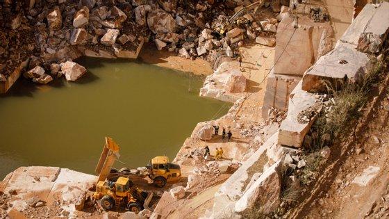 O poço de água onde podem estar algumas das vítimas do desabamento de uma estrada entre Borba e Vila Viçosa