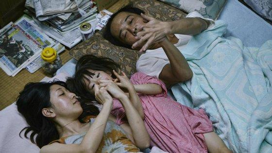 """""""Shoplifters-Uma Família de Pequenos Ladrões"""", de Hirokazu Kore-eda, venceu o Festival de Cannes"""