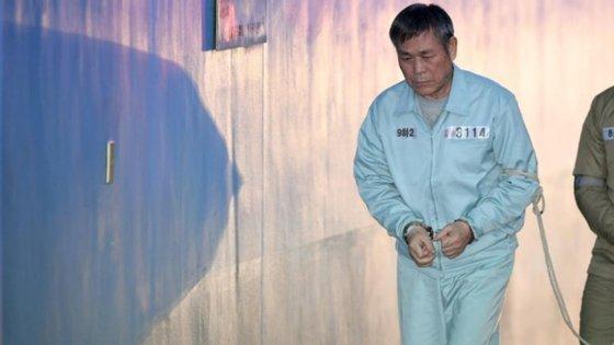 (Fotografia de Jaerock Lee a caminho do seu julgamento) -- Créditos: CNN