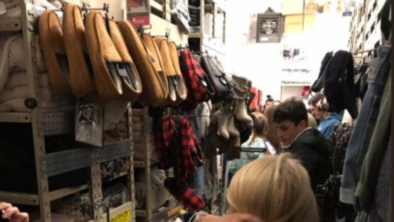 Clientes puderam abrigar-se num roupeiro de uma das lojas abertas no centro comercial Riverchase Galleria, no Alabama (fotografia retirada do Twitter)
