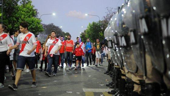 Polícia não teve mãos a medir e reforçou posições em várias zonas de Buenos Aires após os tumultos junto ao Monumental