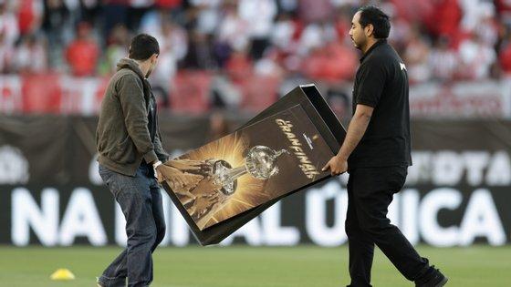 Preparativos para a final da Taça Libertadores estavam de novo a ser colocados mas foram arrumados... sem data