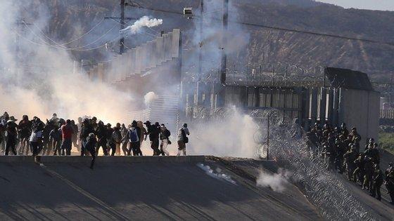 As forças de segurança norte-americanas impediram a passagem dos imigrantes e fecharam as fronteiras no domingo