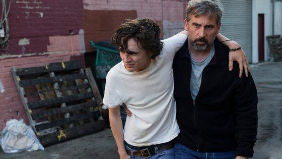 """Timothée Chalamet e Steve Carell numa cena de """"Beautiful Boy"""", história verdadeira de uma família americana atingida pela droga"""