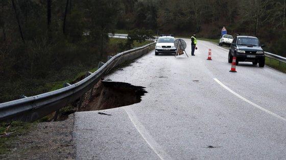 Estrada nacional 17-1, entre Mirando do Corvo e Penela, está a ruir na localidade de Sandoeira, Miranda do Corvo