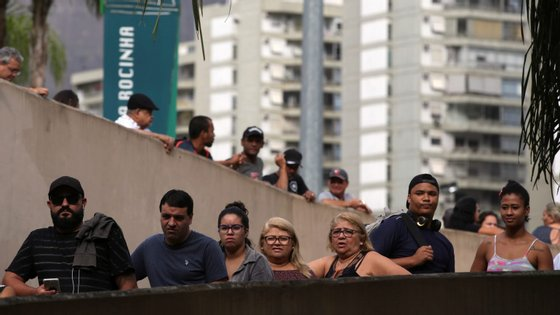 A taxa de desemprego no Brasil subiu significativamente devido à forte crise económica que atingiu o país entre 2015 e 2016, quando o Produto Interno Bruto (PIB) caiu 7 pontos percentuais