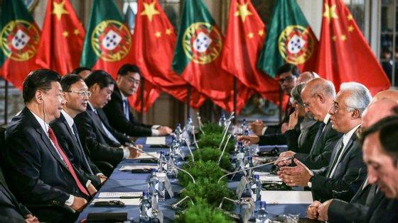O presidente chinês Xi Jinping acompanhado pelo primeiro-ministro António Costa durante o encontro desta quarta-feira no Palácio de Queluz