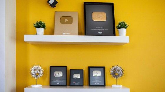 A galeria de prémios entregues pelo YouTube na casa de DarkFrame, Pi e Dant, que são os vencedores do vídeo mais popular em Portugal em 2018