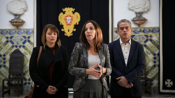 Heloísa Apolónia (ao centro), acompanhada pelo deputado José Luís Ferreira (à direita), e por Mariana Silva