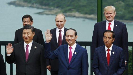 Presidentes Xi Jinping, Tran Dai Quang, Joko Widodo (na fila de baixo, da esquerda para a direita), Rodrigo Duterte, Vladimir Putin e Donald J. Trump (na fila de cima, da esquerda para a direita)